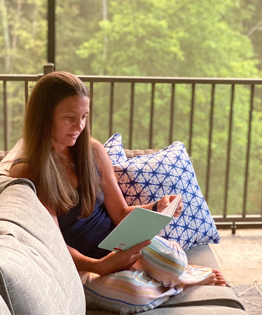 Caroline is a Mom of 3 sharing about a day in the life of her Whimsy + Wellness roller bottles. Follow along as she whips up some of her favorite doTERRA recipes and uses them throughout a Summer day!